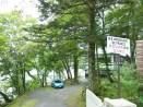 De nombreux ambassades possèdent leur maison de campagne autour de ce lac.