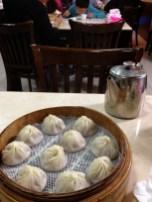 xiǎo lóng bāo, vapeur avec du jus à l'intérieur. Très chaud!