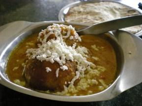 Malai kofta, pomme de terre dans une sauce paneer (au fromage)