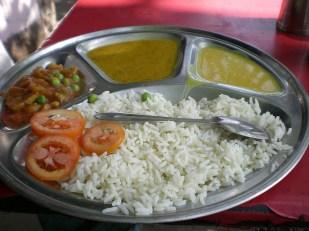 pour 20 rps (3, 4€) on a du riz et/ ou chapati (galette de farine), curry, raita (sorte de yaourt), daal (lentilles cuites) et de chutney (légumes marinés)