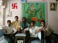 Dans un kulfi center, un endroit pour manger des douceurs. Je voulais prendre la photo de Hanuman (dieu singe) macho et j'ai eu droit à tous les garçons ^^