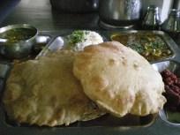 Puri. La cuisine Gujrati est connue pour être sweet. Un bon mélange de sucré/épicé.