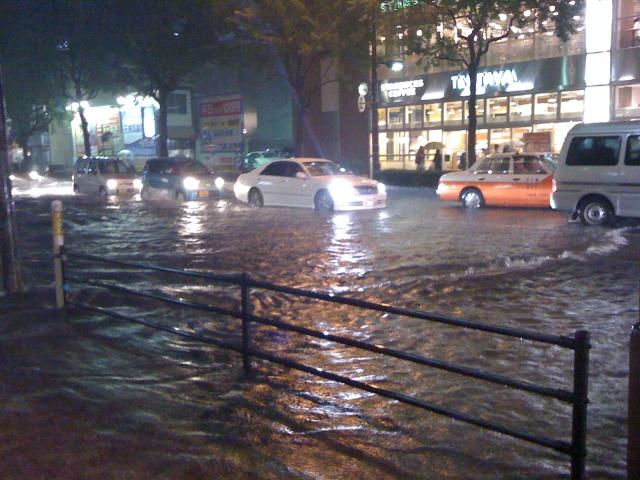 台風で車に傷をつけない為の対策!万が一の被害には保険がきくの?