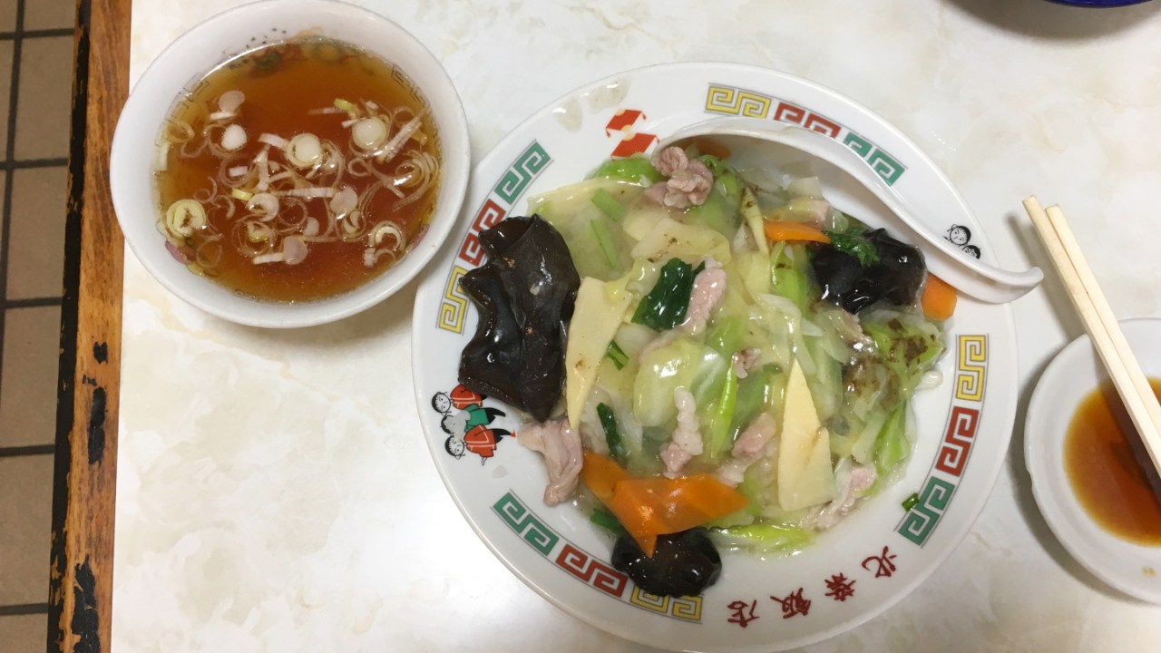 天台の町中華「北葉飯店」噂の激ウマ餃子にボリューム満点の中華丼で満腹ランチ