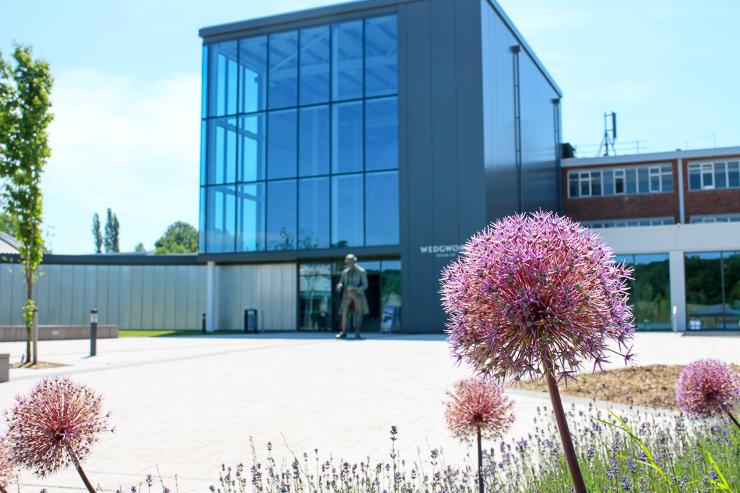 ワールドオブウェッジウッドの建物とアリウム