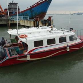 ケタム島へ渡るスピードボート