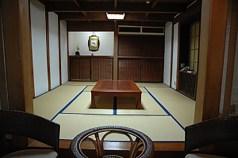 土蔵造りの客室。静かで落ち着ける