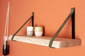 Etagère live edge patine chêne brut, avec cuir vert sapin. 60cm x 25cm de profondeur. Existe aussi sur mesure
