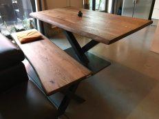 Table caractère Malvina, 180×90 cm, live edge patine fumée, pied central en V + banc assorti
