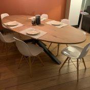 Table Excellence Perrine : Plateau OVALE en chêne massif 240x110cm / Vitrification avec teinte Naturelle / Pied central multi X en 8x8cm / Thermolaquage Gris sable 2900 du pied