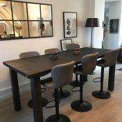 Table Caractère Haute Guislain : Plateau table de réunion LIVE EDGE 2,25m / Patine Huilée Noir Charbon / Pieds en M 10x10 cm brut