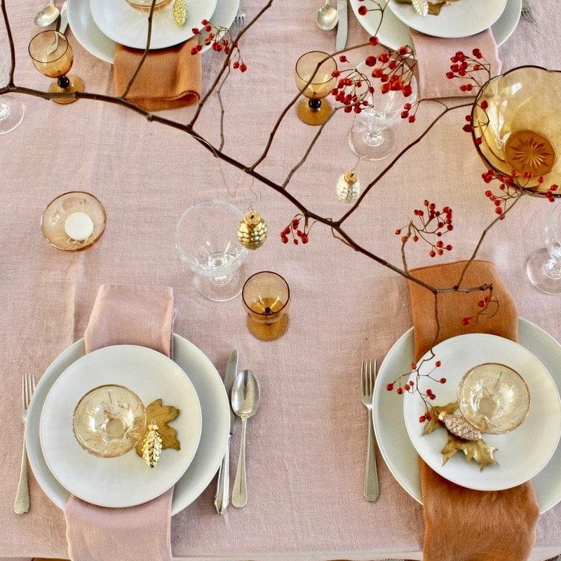 kersttafel roze bovenaanzicht