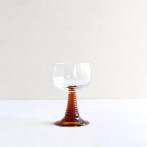Kleine roemer glas met amber voet
