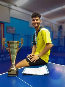 Ο ΙΑΣΟΝΑΣ ΚΟΡΔΟΥΤΗΣ του ΟΑ Χανίων είναι ο νέος πρωταθλητής Ελλάδας 2020-2021 για την κατηγορία των νέων στην επιτραπέζια αντισφαίριση.
