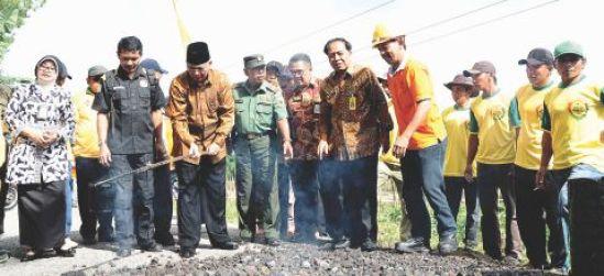 Bupati Malang Rendra meresmikan jalan tembus