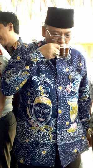 Bupati Malang menikmati kopi asal Kromengan.