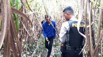 Petugas kepolisian olah tempat kejadian perkara (TKP) perampokan truk.