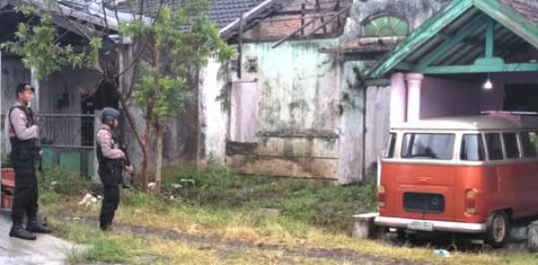 Polisi dan TNI awasi rumah terduga teroris, Hari Sudarwanto di Perumahan  Bukit Singosari Raya, Kelurahan Candirenggo, Kecamatan Singosari.