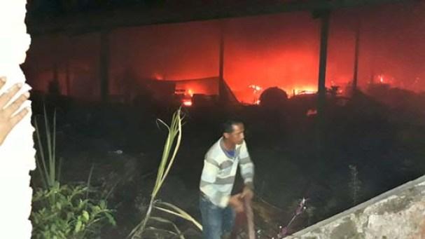 karyawan PT. Tri Surya, membantu memadamkam api.