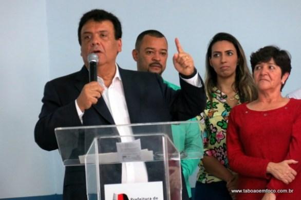 Fernando Fernandes diz que Prefeitura não tem dinheiro para conceder aumento, mas vai discutir a possibilidade de abono salarial