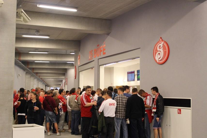 Így néz ki a büfé a stadionban. Már messziről lehet látni, hogy mi is a preferált sör a díszes táblának köszönhetően.