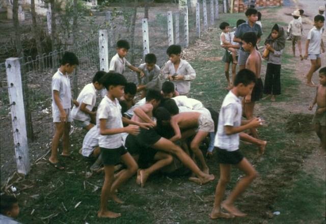Trẻ em tranh nhau đồ hộp lính Mỹ phân phát.