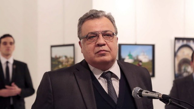 Phóng viên AP Burhan Ozbilici đã có mặt tại sự kiện đó. Khi lọc lại những hình ảnh chụp được trước khi ông Karlov bị bắn, Ozilici choáng váng phát hiện đại sứ và tên ám sát đã cùng xuất hiện trong một bức ảnh. Tay súng là một cảnh sát Thổ Nhĩ Kỳ. Anh ta đã sử dụng thẻ cảnh sát để lọt vào sự kiện và đứng sau lưng ông Karlov như một vệ sĩ trước khi bắn vào ông. Ảnh: AP.