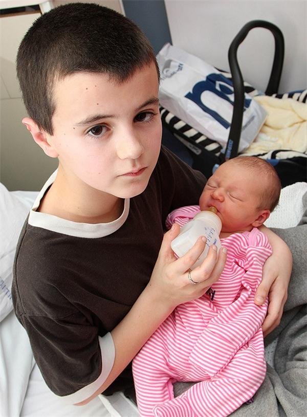 Cậu bé quá non nớt để làm bố, nhưng lại rất yêu con gái, thường xuyên cho con bú và thay tã cho bé.