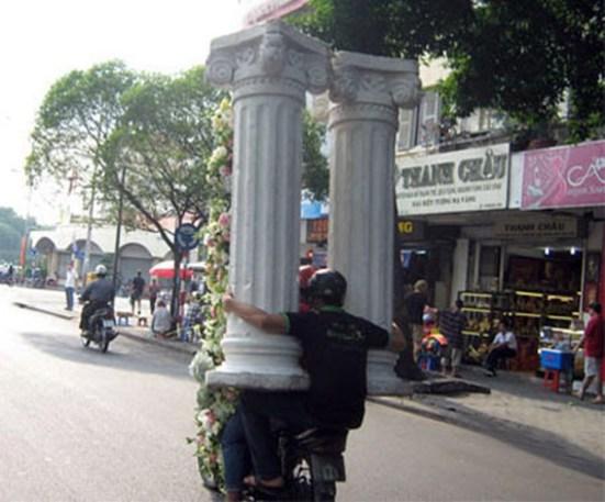 ... cho đến cột nhà, không gì làm khó dân Việt khi vận chuyển.
