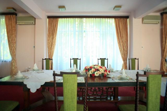 Phòng ăn của Tổng thống gồm nhiều dãy bàn dài sang trọng, có thể tiếp đón hàng chục thực khách.
