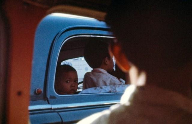 Các cậu bé trên một chiếc xe hơi.