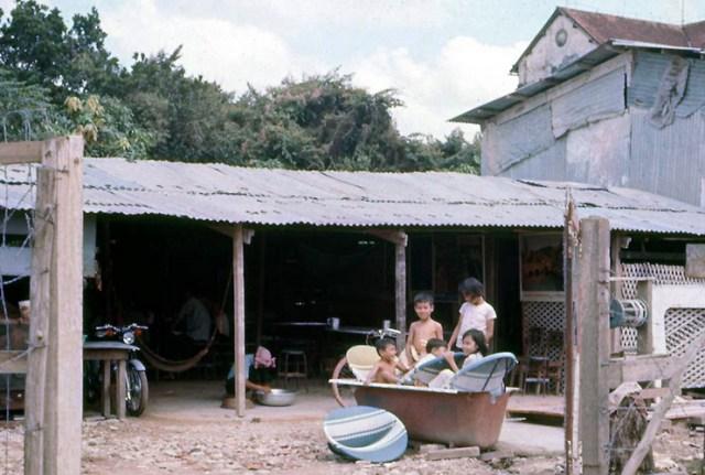 Những đứa trẻ phía ngoài một khu nhà tạm.