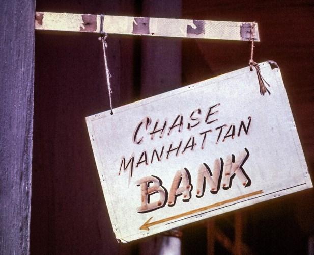 Bảng chỉ dẫn hướng đi đến chi nhánh ngân hàng Chase Manhattan (nay là ngân hàng Chase) - một ngân hàng quốc gia của Mỹ - ở Sài Gòn.