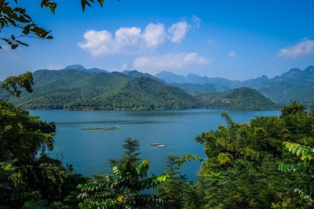 """Trang tin Buzzfeed mới đăng tải bài viết giới thiệu những bức ảnh đẹp Việt Nam khiến du khách nhìn là muốn đến, có sức hấp dẫn đầy mê hoặc, làm say đắm lòng người. Việt Nam là một """"thiên đường"""" du lịch với nhiều cảnh sắc tuyệt mỹ. Trong ảnh là hồ nước ở Mai Châu - một trong những địa điểm có sức mạnh """"mê hoặc"""", khiến du khách muốn xách ba-lô lên và tới Việt Nam."""
