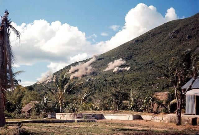 Các vị trí khả nghi trên núi bị san phẳng bằng hỏa lực hạng nặng.