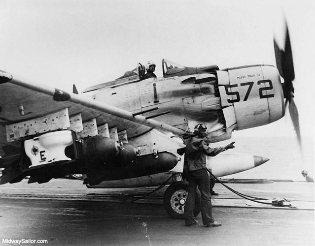 Phi vụ ném toilet được tiến hành vào ngày 4/11/1965. Phi công lái máy bay thực hiện phi vụ này là Clarence W. Stoddard, Robin Bacon.