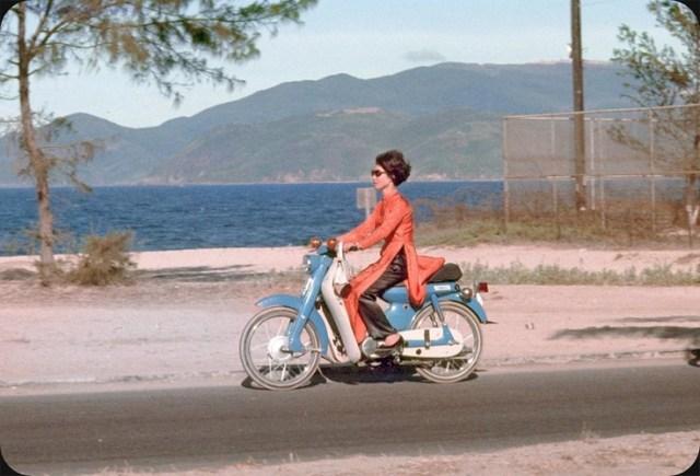 Người đẹp áo dài đỏ trên chiếc xe Yamaha Dame màu xanh dương nhạt ở đường Duy Tân (nay là đường Trần Phú), Nha Trang năm 1969. Loạt ảnh đăng tải trên trang Flickr của một nhiếp ảnh gia người Mỹ có nick ElectroSpark.
