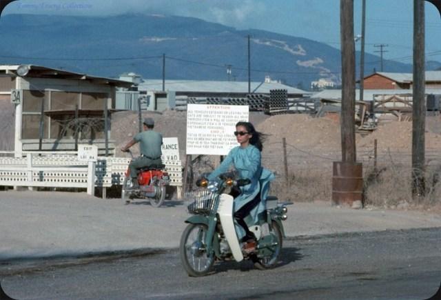 Người đẹp mặc áo dài cùng tông màu với chiếc Honda Dame C50 của mình.