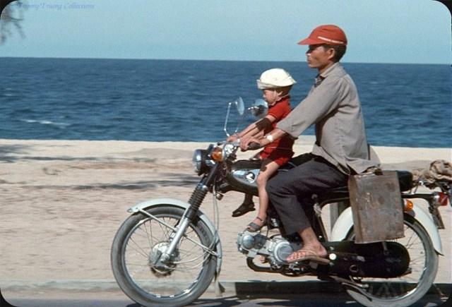 Hai bố con trên xe Honda SS50.