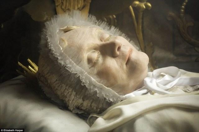 Thi thể Anna Maria Taigi (1769-1837), một phụ nữ, trong nhà thờ San Crisogono ở thành phố Rome. Người ta dùng sáp để bảo quản thi hài của bà. Giáo hoàng Benedict XV phong thánh cho Anna vào năm 1920. Các tín đồ Công giáo tin rằng những thi thể bất hoại thường tỏa ra mùi thơm dịu.