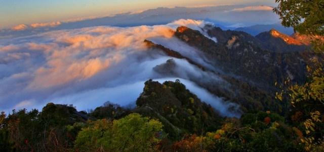 Đoạn đường dài 70 km từ chân núi đến đỉnh núi Võ Đang có 32 đền thờ Đạo giáo, chủ yếu được xây dựng theo lối kiến trúc triều Nguyên, Minh, Thanh.
