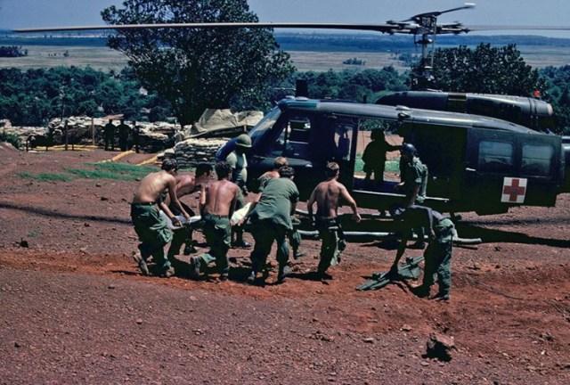 Lính Mỹ đưa thương binh lên trực thăng quân y.