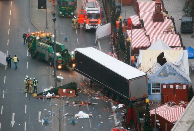 Sau vụ ám sát đại sứ Nga ít giờ, nước Đức rúng động vì vụ một chiếc xe tải cỡ lớn lao vào giữa phiên chợ Giáng sinh ở thủ đô Berlin. 12 người chết và 48 người khác bị thương. Ảnh: Reuters.