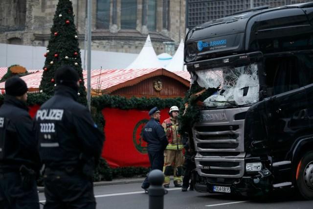 Ở hiện trường vụ xe đâm, người ta vẫn thấy bóng dáng của kỳ nghỉ lễ sắp tới với những chiếc lều gỗ được trang hoàng chuẩn bị Giáng sinh. Sau khi chiếc xe tải được di dời khỏi hiện trường, trên mặt đất là dấu máu, mái che khu chợ, cây thông Giáng sinh đổ gục và chai lọ vỡ nát. Ảnh: Reuters.