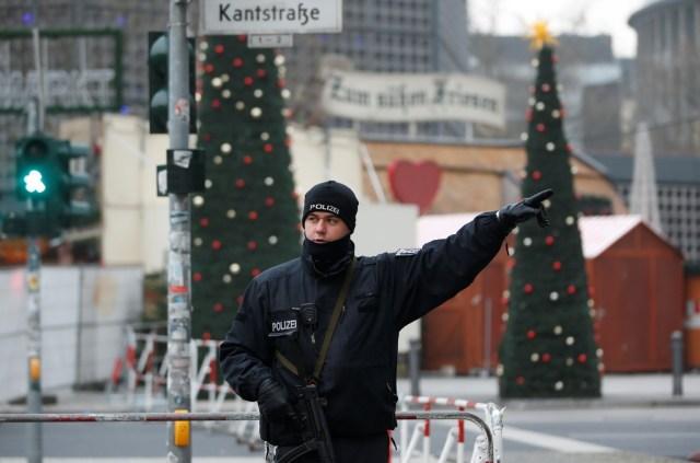 """Thủ tướng Đức Angela Merkel cho biết: """"Căn cứ vào những thông tin hiện có, chúng ta phải giả định rằng mình đang đối mặt với một vụ tấn công khủng bố"""". Tờ Die Welt (Đức) dẫn nguồn tin riêng cho biết nghi phạm là người nhập cư từ Pakistan. Nếu thật sự một người nhập cư đã đứng sau vụ tấn công này, bà Merkel và những người Đức ủng hộ việc mở rộng cửa đón người tị nạn, người nhập cư vào châu Âu sẽ lâm vào một tình thế rất khó xử. Ảnh: Reuters."""