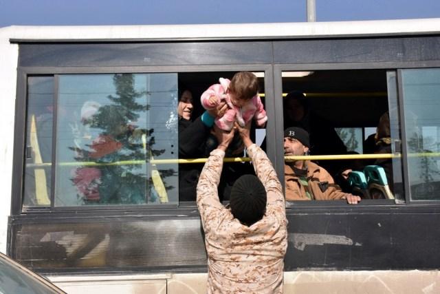 """Trong một diễn biến khác, tại Syria, thành phố Aleppo vừa trải qua ngày 19/12 im tiếng súng. Theo thỏa thuận ngừng bắn của lực lượng chính phủ Syria với phe đối lập, các tay súng nổi dậy và gia đình đang được rời khỏi thành phố. Tuy nhiên, những diễn biến tại châu Âu có thể phá vỡ sự bình yên mong manh của Aleppo. Tay súng ám sát đại sứ Nga đã hét lên: """"Đừng quên Syria! Đừng quên Aleppo!"""". Ảnh: Reuters."""