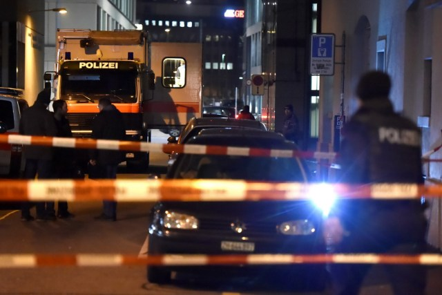 Cùng ngày 19/12, một người đàn ông đã xông thánh đường Hồi giáo tại thành phố Zurich (Thụy Sĩ), xả súng vào những người đang cầu nguyện và làm bị thương nặng 3 người. Ảnh: Reuters. / AFP / MICHAEL BUHOLZER (Photo credit should read MICHAEL BUHOLZER/AFP/Getty Images)
