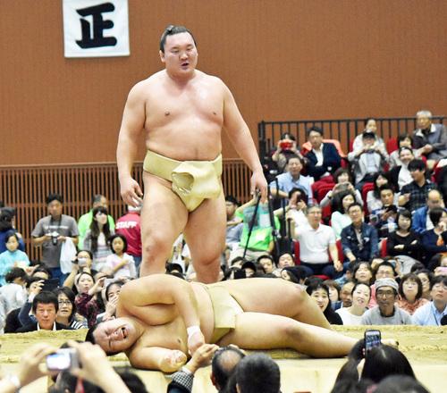 Hakuho's first butsukari with Asanoyama