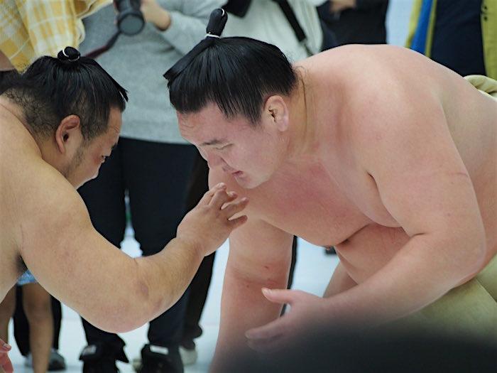 hakuho-practicing-off-dohyo