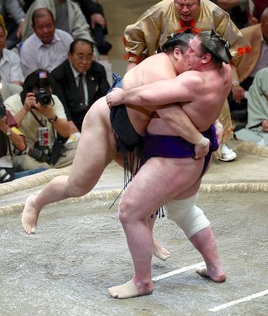 tochinoshin-carrying-kakuryu